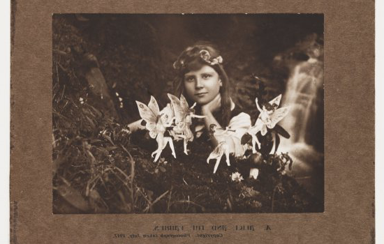 Alice and the Fairies, July 1917 © Elsie Wright & Frances Griffiths / 科学博物馆 Group collection