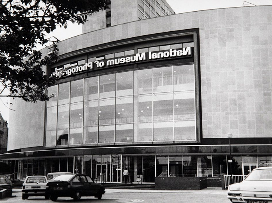 A black 和 white photograph of the exterior of the museum in 1983